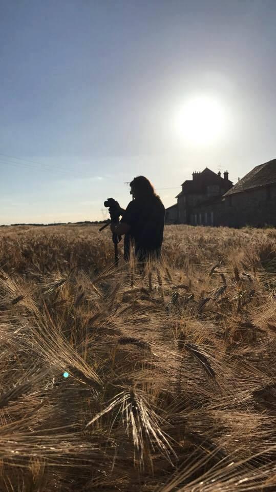 cameraman dans champs discret