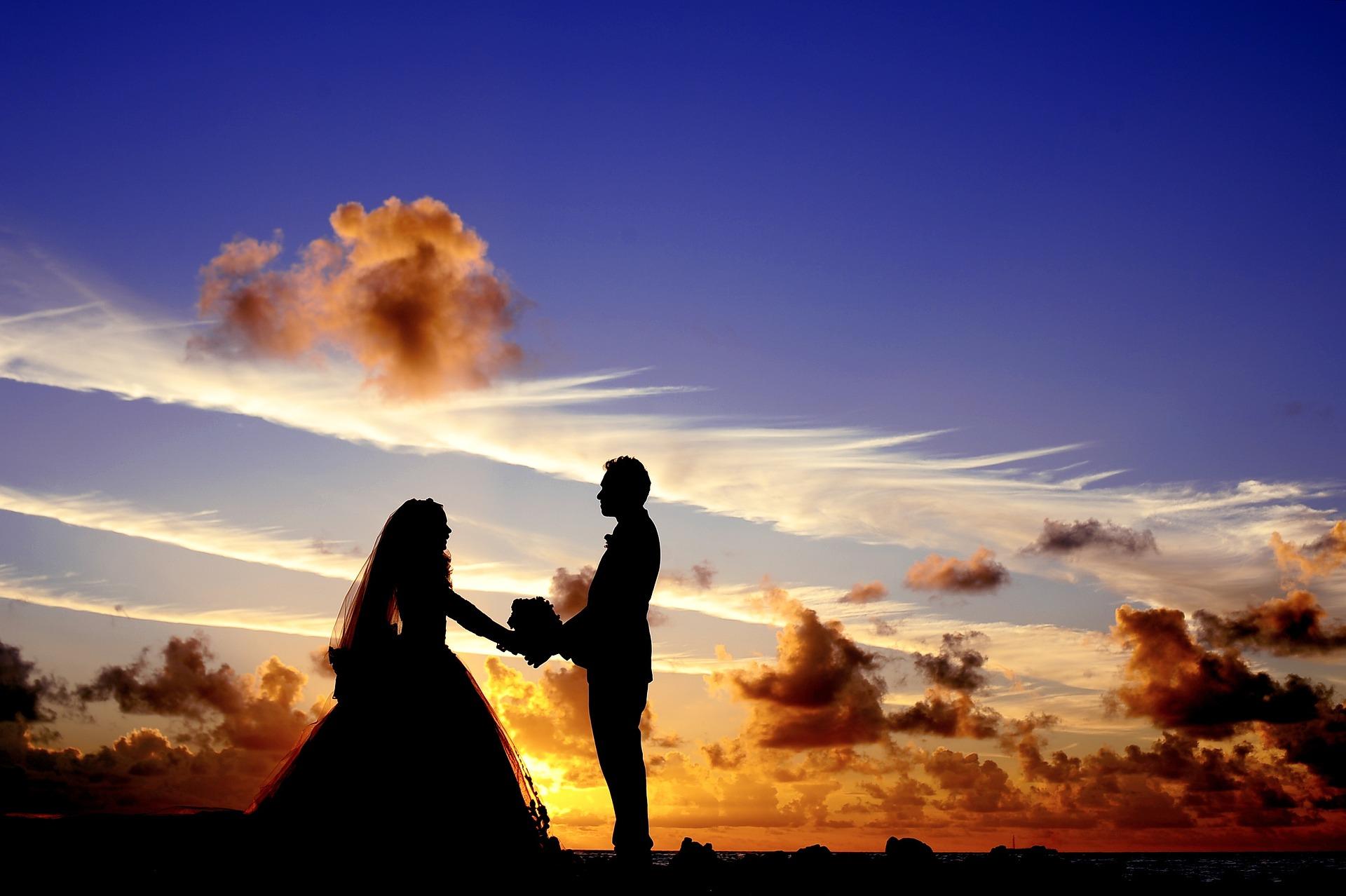 couple de mariés blog souriez rose