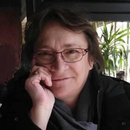 Portrait de femme blog souriez rose Hélène