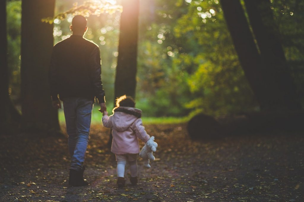 famille en forêt blog Souriez rose