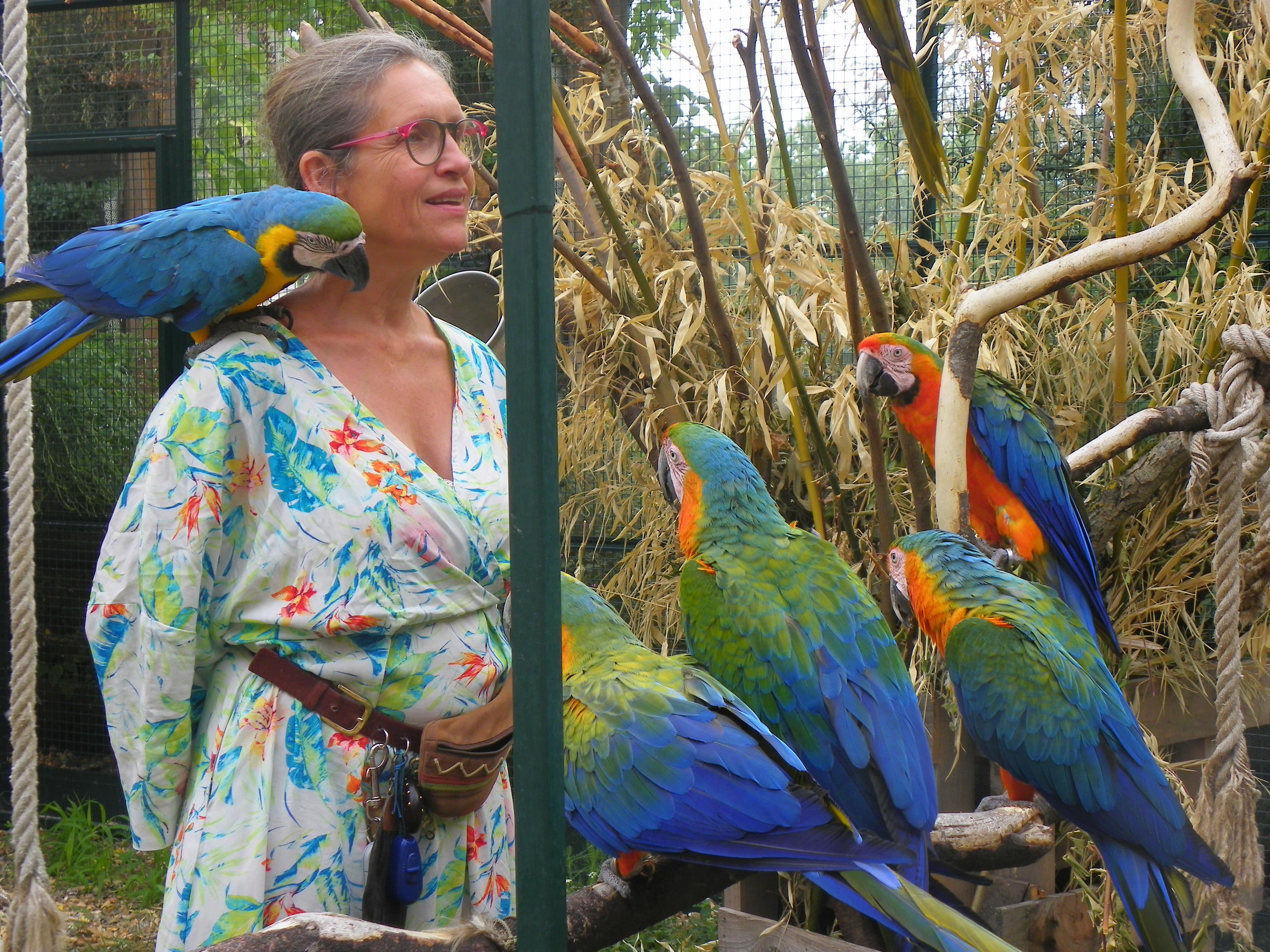 Hélène et ses perroquets partenaire Souriez rose
