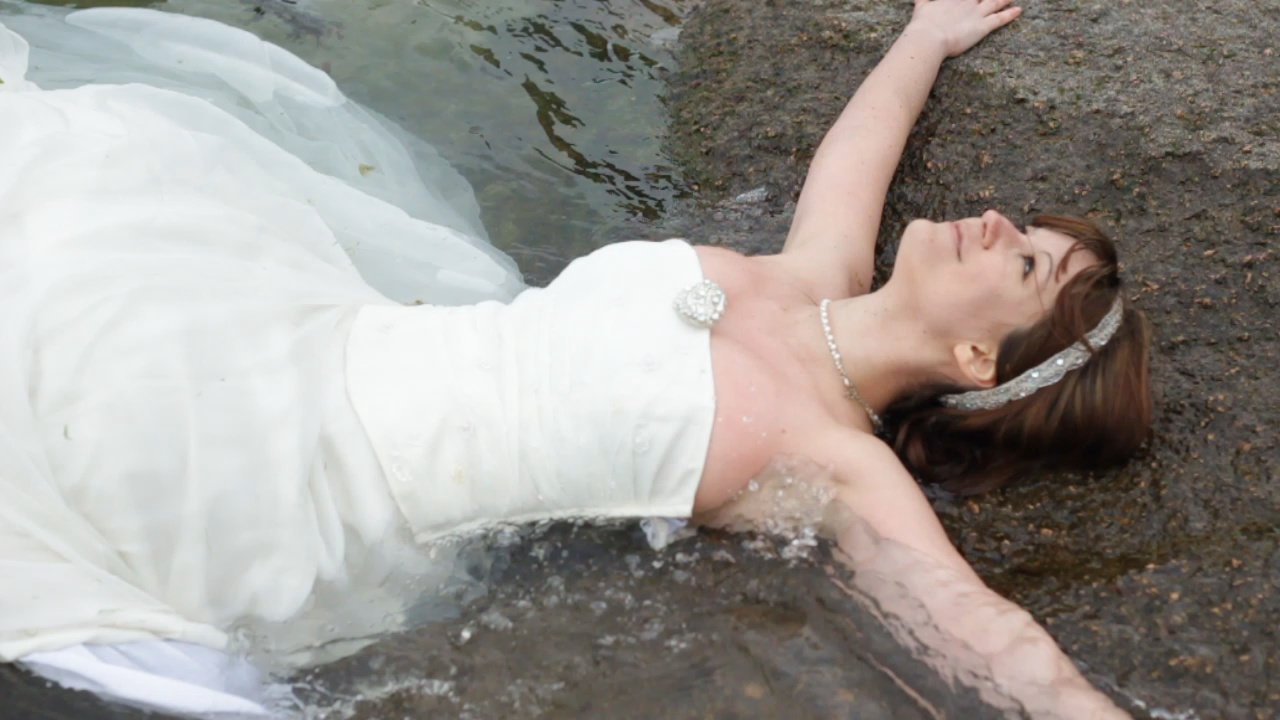 trash the dress dans la mer - blog Souriez rose
